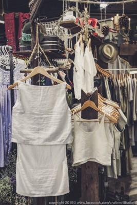 เสื้อผ้าหรือชุดของร้านเน้นการตัดเย็บด้วยผ้าธรรมชาติ อย่างเช่น ผ้าลินินญี่ปุ่น